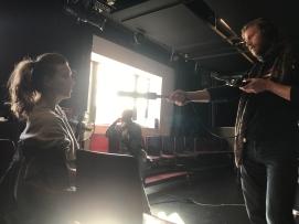 lvy Njiokiktjien en Jermain Bridgewater met Stut radiomaker Misha Koole bij de kick-off van 'Het cadeau'
